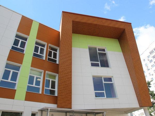 """Металлический сайдинг """"Вертикаль"""" (GL) фасада многоэтажного дома"""