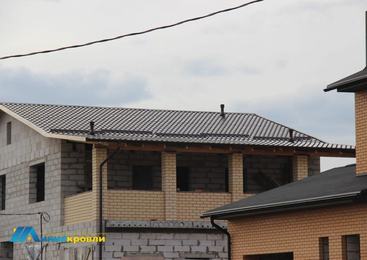 Укладка металлочерепицы на крышу нового дома